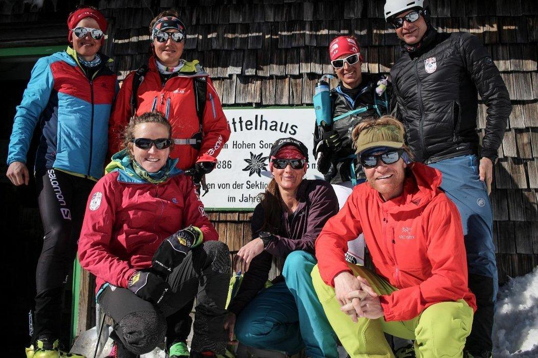 Eine Herausforderung bei dieser langen Skitour ist die unterschiedlichen Charaktere unter einen Hut zu bringen, denn hier treffen Individualsportler aus verschiedenen Sportarten zusammen. Während die einen möglichst schnell vorankommen wollen, möchten die anderen gleichzeitig die einzigartige Bergwelt der Alpen genießen. Dem Team ist es dennoch gelungen, Verständnis füreinander zu entwickeln und sich auf ein gemeinsames Tempo und Ziel zu verständigen.